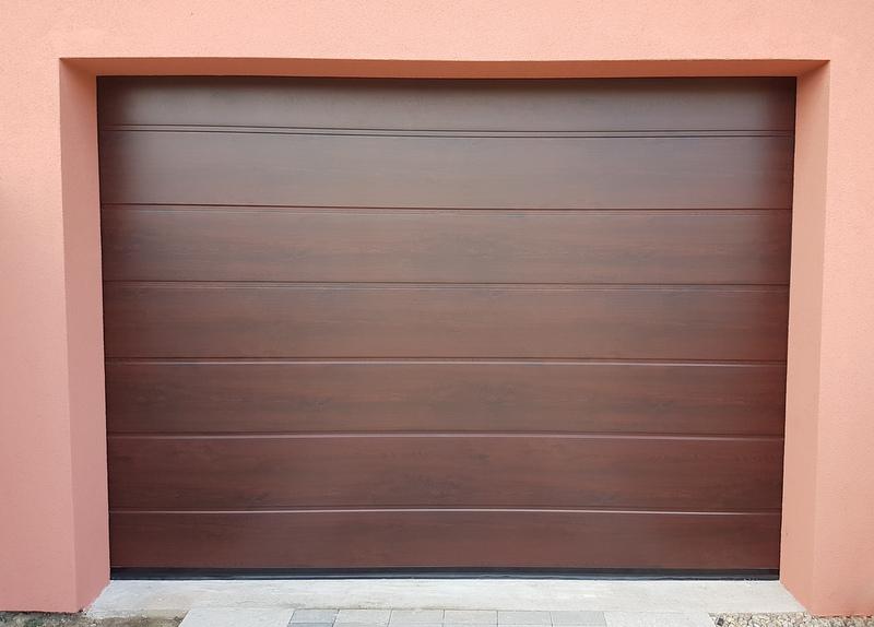 Garážová brána vo farbe Mahagón