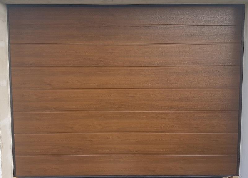 Garážová brána vo farbe Orech